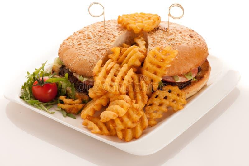 Gamburger mit Pommes-Frites auf einer Platte lokalisiert über weißem Hintergrund stockfotografie