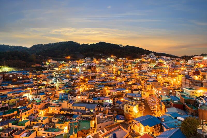 Gamcheon kulturby på natten i Busan, Sydkorea arkivfoton