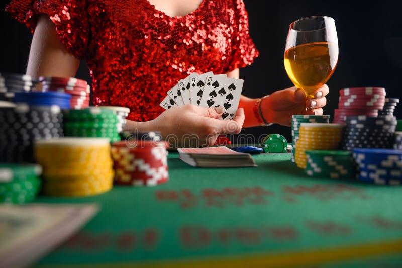 Game in een casino, in een nachtelijke instelling Poker, een succesvolle combinatie royalty-vrije stock afbeelding