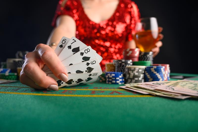 Game in een casino, in een nachtelijke instelling Poker, een succesvolle combinatie stock foto's
