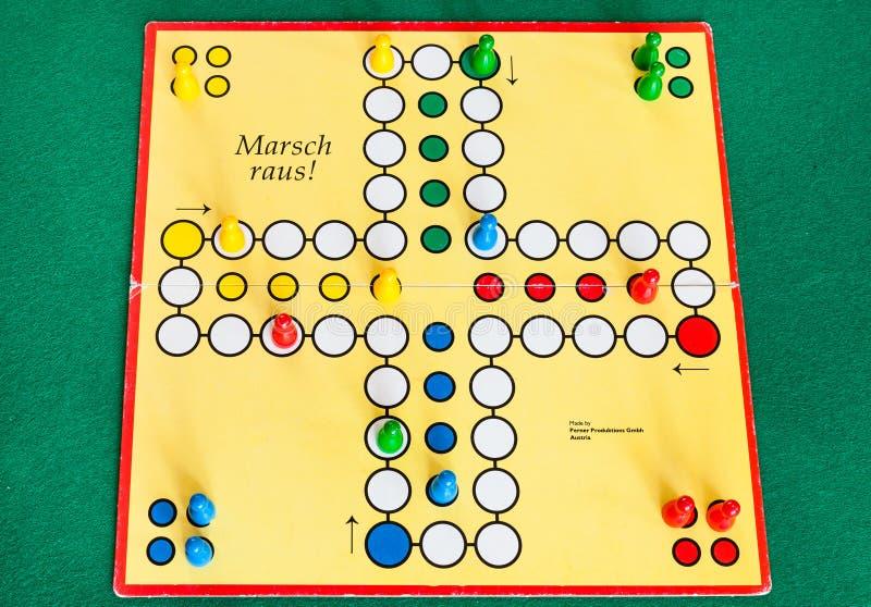 Gameboard av Marsch Raus! brädelek på tabellen royaltyfri foto