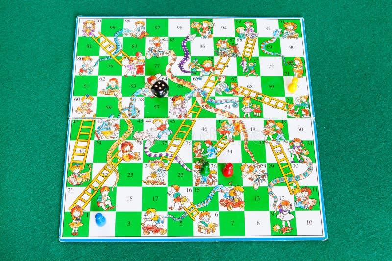 Gameboard do jogo de mesa das serpentes e das escadas fotografia de stock royalty free