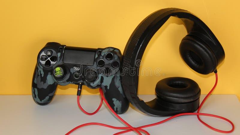Gamecontroller mit Kopfh?rerspiel-Hintergrundgelb lizenzfreie stockbilder