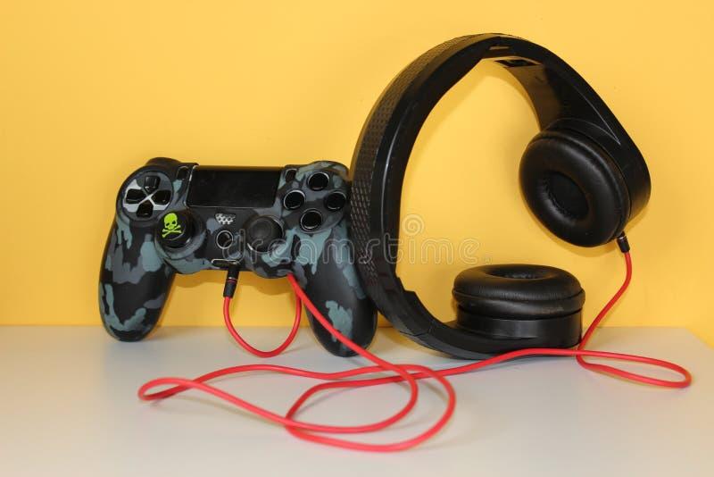 Gamecontroller mit Kopfh?rerspiel-Hintergrundgelb lizenzfreie stockfotos