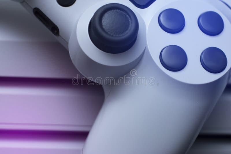Gamecontroller und Spielkonsole im speziellen Licht stockfotografie