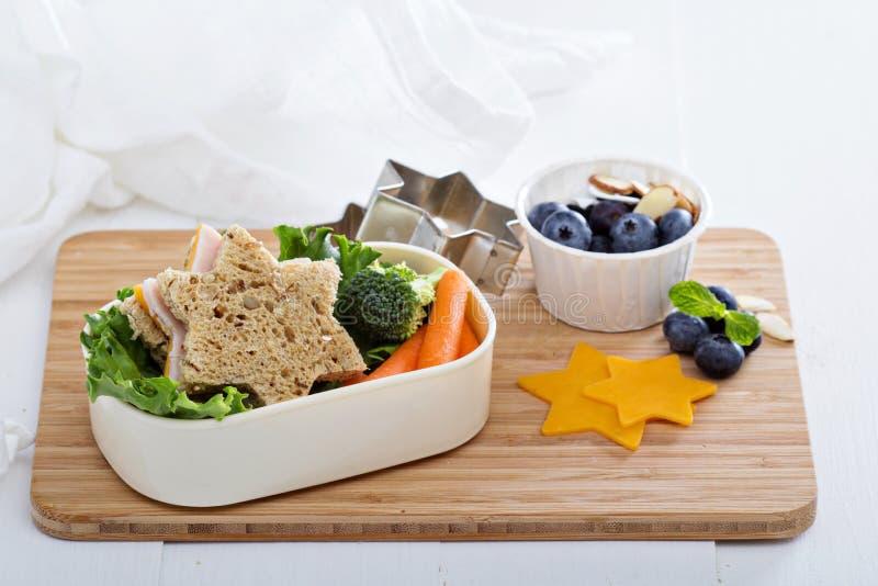 Gamelle avec le sandwich et la salade photographie stock