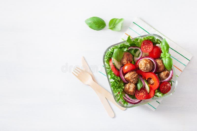 Gamelle de paleo de c?tonique avec des boulettes de viande, laitue, tomate, concombre, paprika images libres de droits