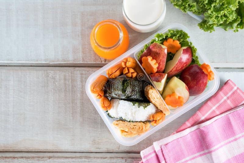 Gamelle, riz enveloppé dans l'algue avec la saucisse, oeuf et pomme photo libre de droits