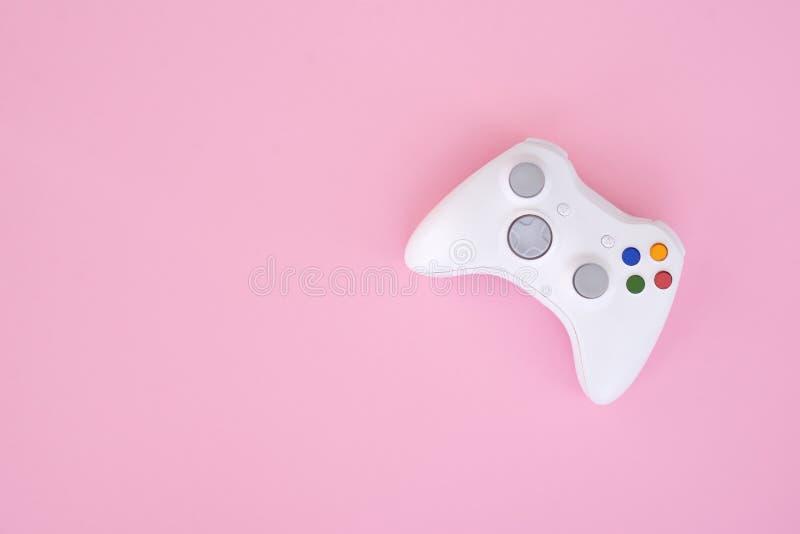 Gamepad blanco, regulador en un fondo rosado en colores pastel La palanca de mando blanca se aísla en un fondo rosado imágenes de archivo libres de regalías