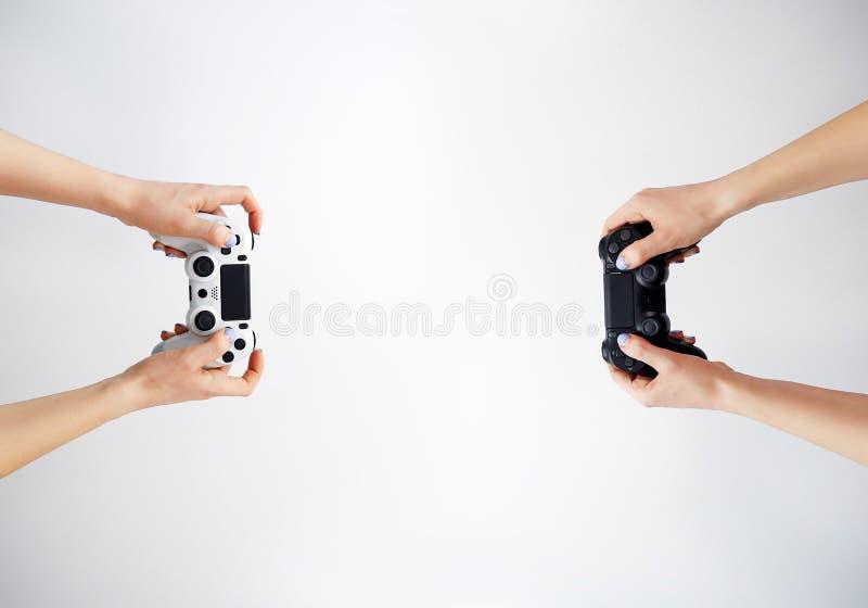 Gamepad in der Hand Videospiele gamer Spielwettbewerb stockbilder
