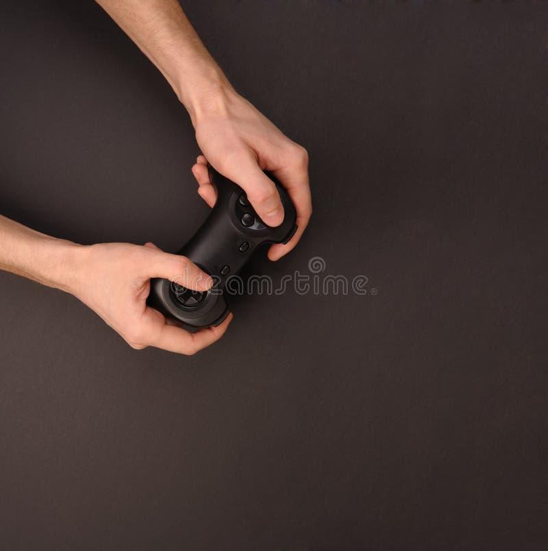 Gamepad en manos. imagen de archivo