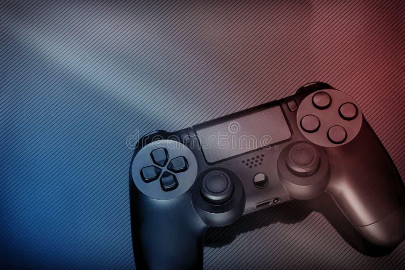 Gamepad moderne noir sur le fond foncé teinture Rouge-bleue image libre de droits