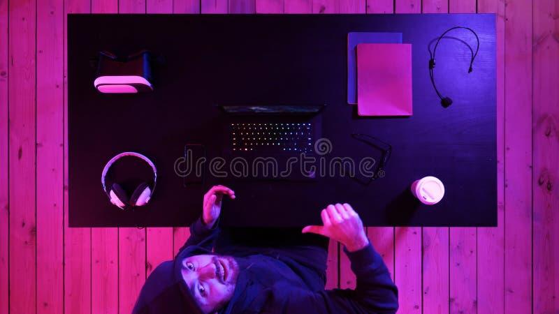 Gamer που παρουσιάζει αντίχειρα μέχρι τη κάμερα στοκ εικόνα