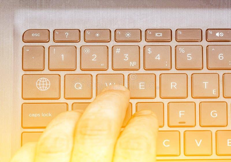 Gamer играет игру, пальцы на клавиатуре стоковое изображение
