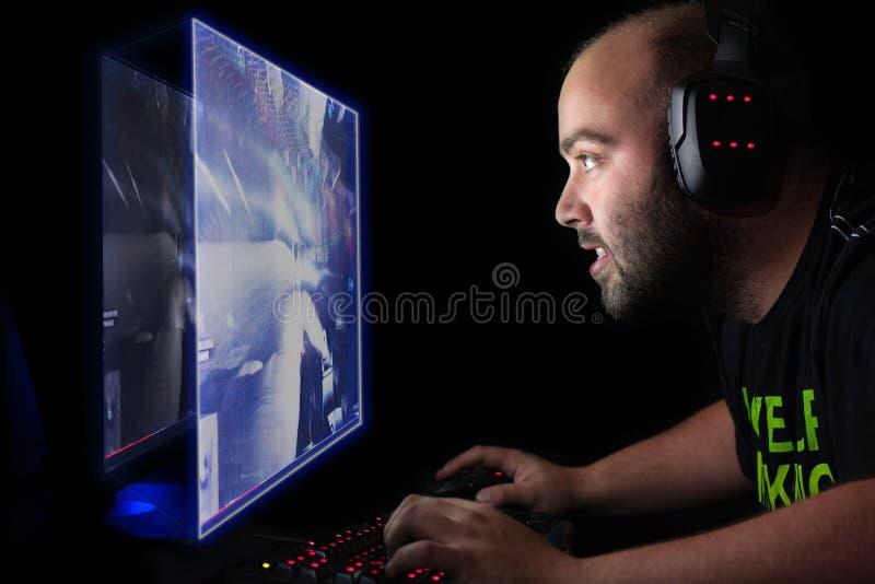 Gamer играя первый стрелка персоны на ПК верхнего сегмента стоковые фото