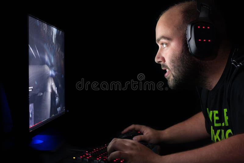 Gamer играя первый стрелка персоны на ПК верхнего сегмента
