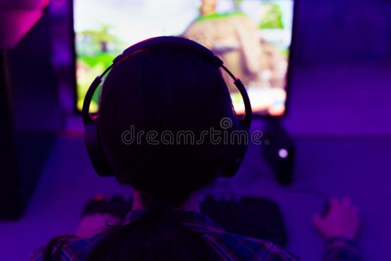 Gamer или девушка ленты играя с друзьями стоковое фото