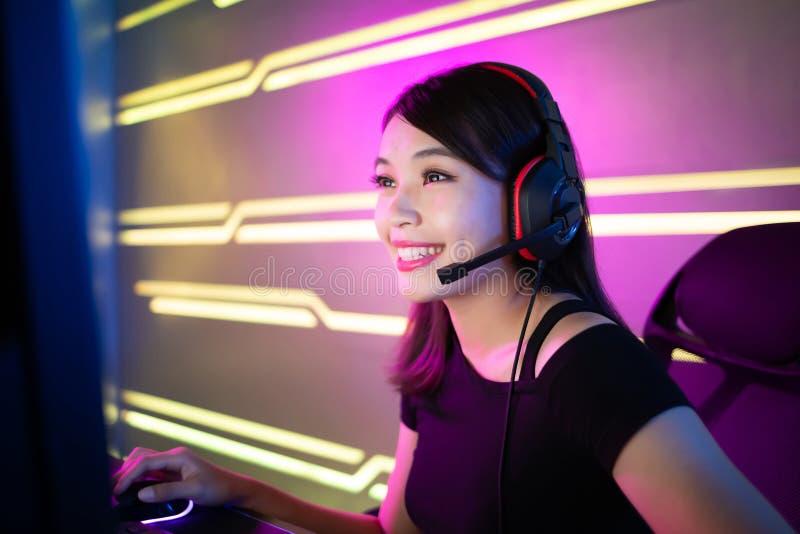 Gamer Cybersport имеет поток в реальном маштабе времени стоковые фотографии rf