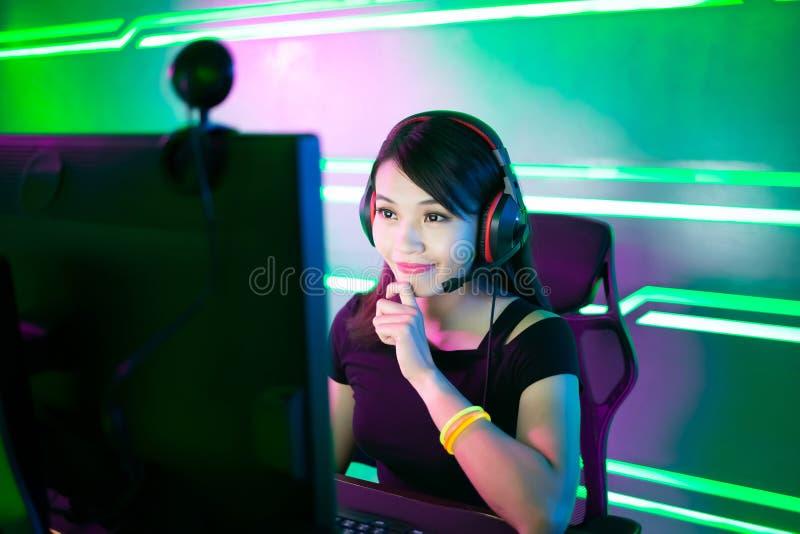 Gamer Cybersport имеет поток в реальном маштабе времени стоковые фото