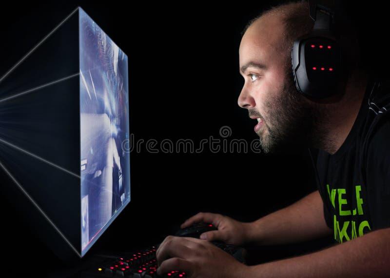 Gamer die een eerste persoonsschutter op hoge eindpc spelen royalty-vrije stock afbeeldingen