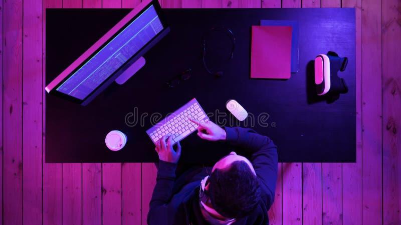 Gamer, Hacker, Programmierer, der über die beste Software, Spiel, Programm über den Schirm des Computers spricht stockfotografie