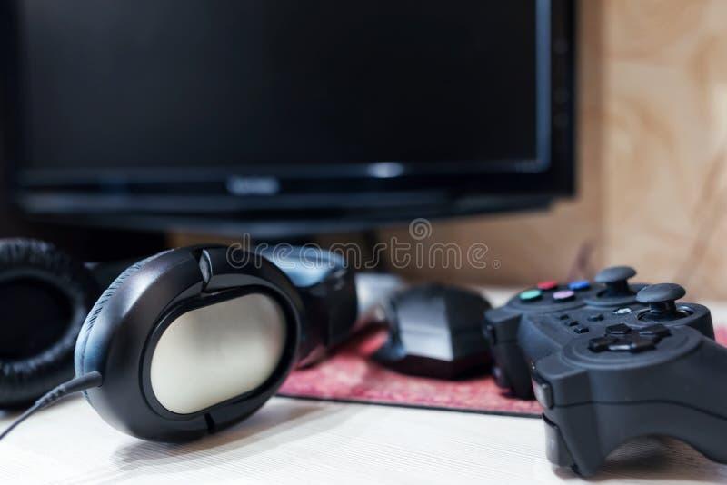 Gamer incondicional da mesa do computador com os acessórios para jogos imagem de stock royalty free