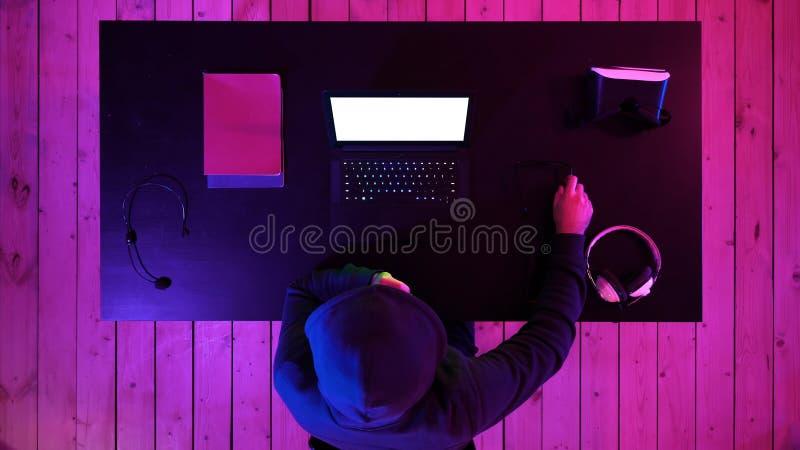 Gamer lub streamer ogląda grę na ekranie laptop Biały pokaz fotografia royalty free