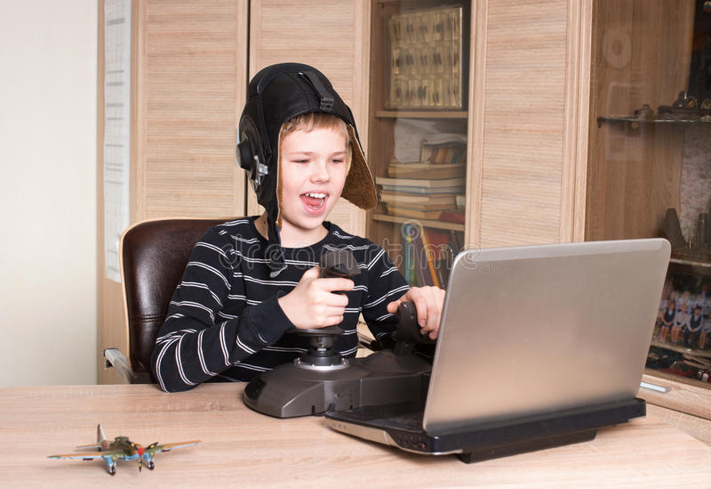 gamer Menino feliz que joga o jogo em linha do PC Jogo emocional da criança e foto de stock royalty free