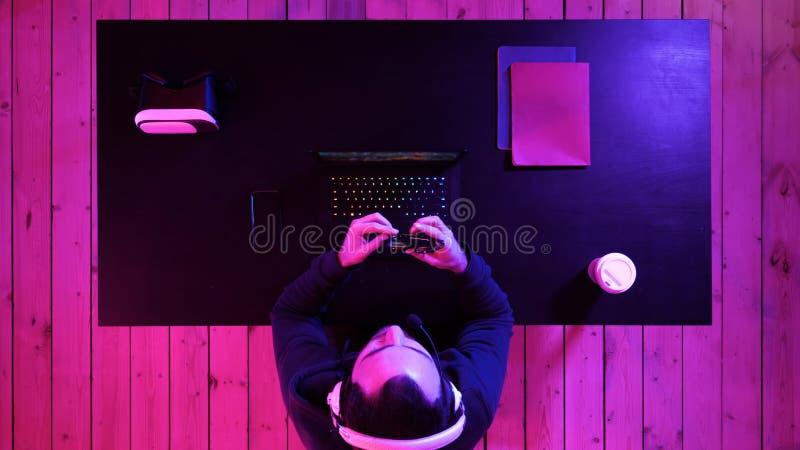 Gamer is met klaar het spelen van spel stock foto