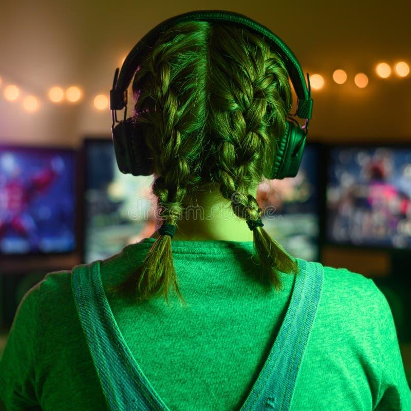 Gamer oder Streamer zu Hause in einem dunklen Raum spielen Videospiele mit Freunden online Junge Mann vor drei lizenzfreie stockfotos