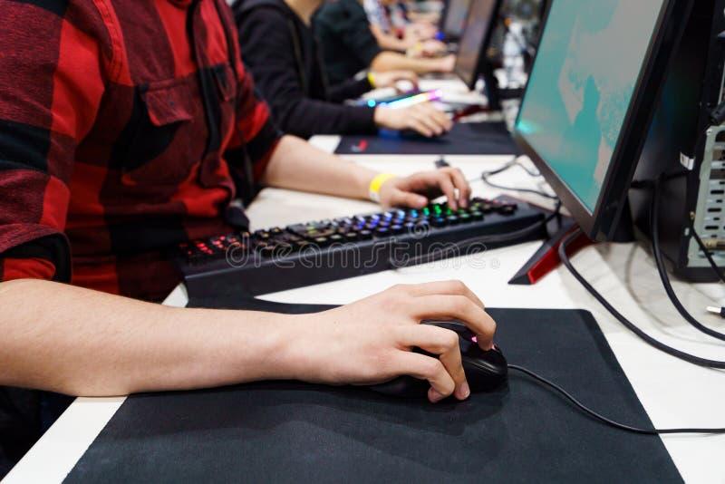 Gamer que joga no PC fotos de stock royalty free