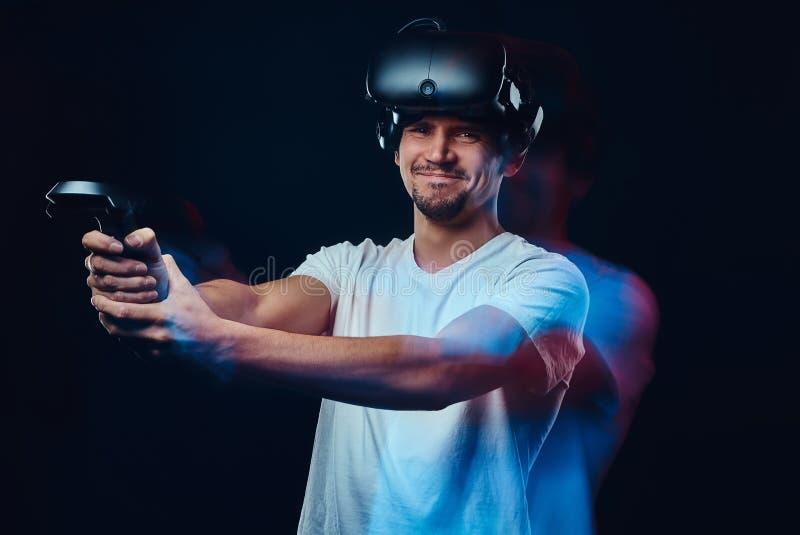 Gamer sicuro in camicia bianca che indossa i vetri 3d e la leva di comando delle tenute fotografia stock