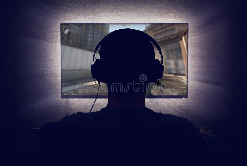 Gamer voor een lege monitor royalty-vrije stock fotografie