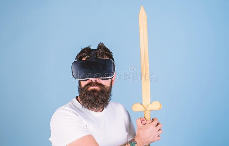 Gamerkonzept Hippie auf ernstem Gesicht genießen Spielspiel in der virtuellen Realität Mann mit Bart in VR-Gläsern, hellblau stockbilder