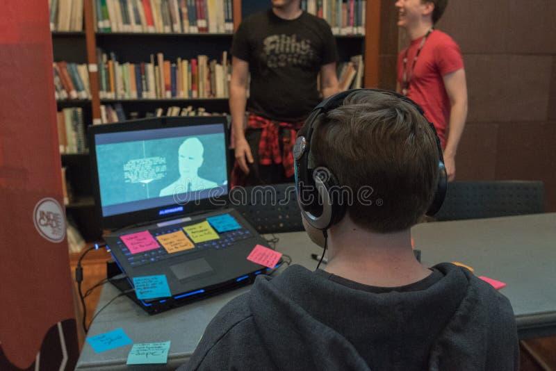 Gamers играя видеоигры демонстрации во время IndieCade стоковые фото