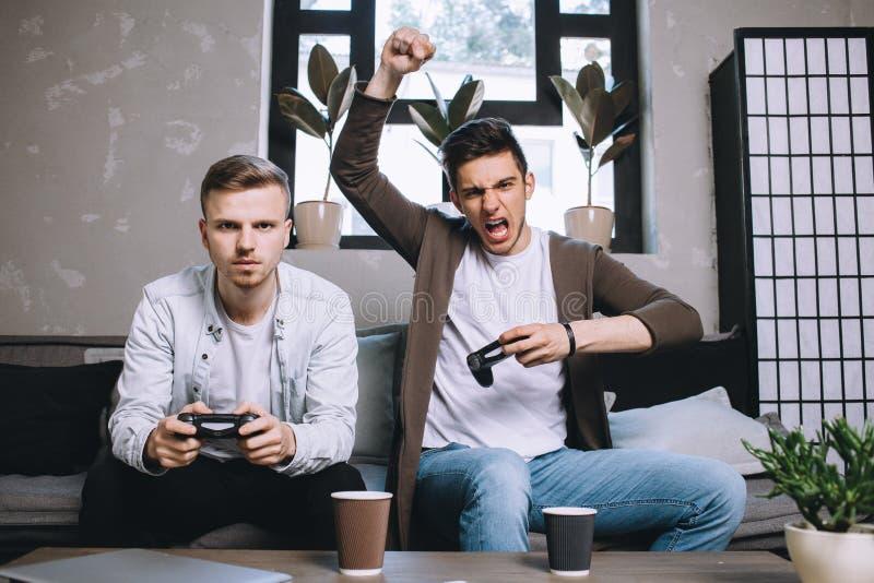 Gamers che giocano partito fotografia stock