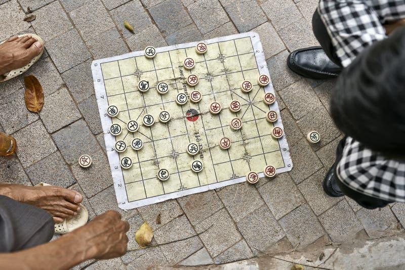Gamers die traditioneel Aziatisch schaak in openlucht in Hanoi spelen royalty-vrije stock afbeelding