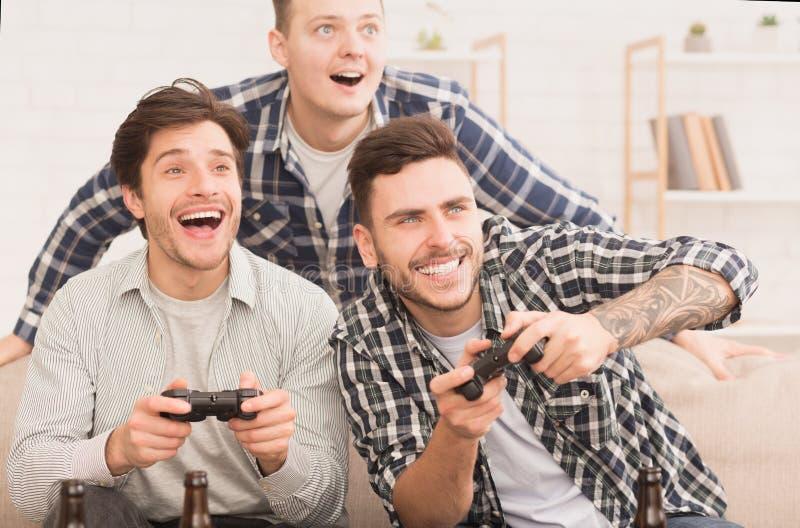 gamers Gelukkige vrienden die videospelletjes thuis spelen royalty-vrije stock foto's