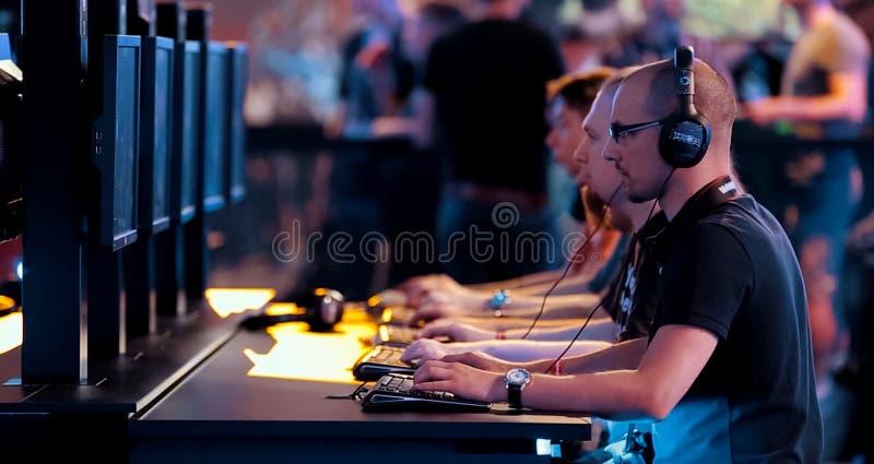 Gamers jouant un jeu d'ordinateur Concours sur des e-sports photographie stock