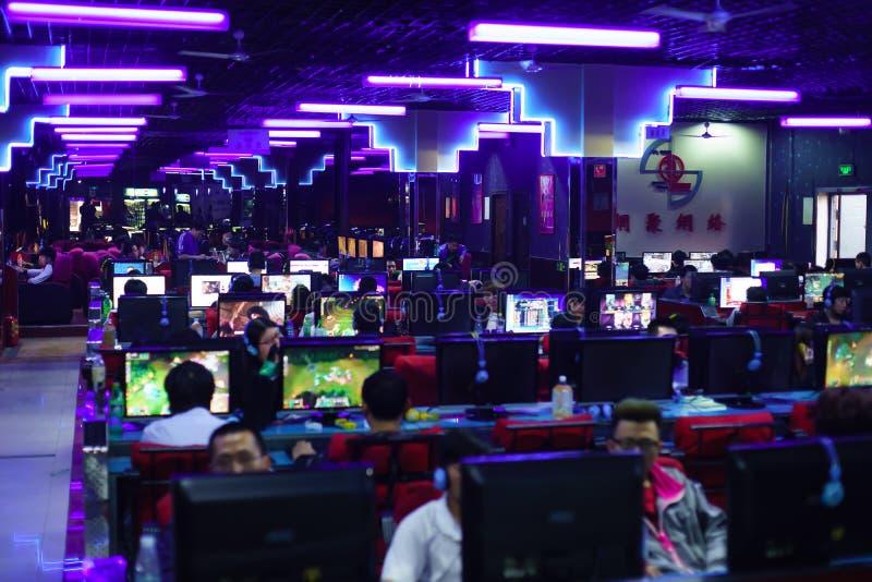 Gamers no clube do jogo noturno imagem de stock