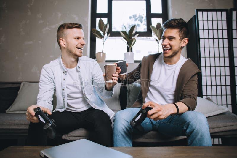 Gamers que jogam o partido fotos de stock