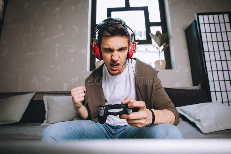 Gamers que jogam o partido foto de stock