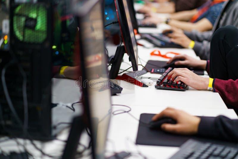 Gamers que jogam um jogo de vídeo foto de stock