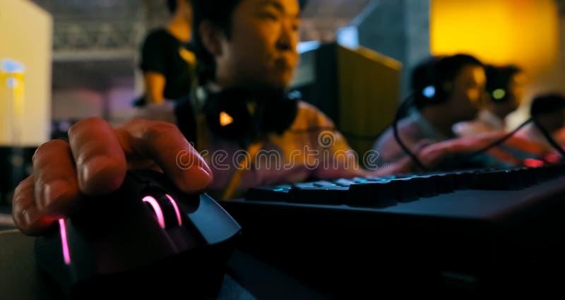 Gamers som spelar en dataspel Konkurrenser på e-sportar royaltyfria foton