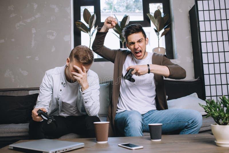Gamers som spelar partiet royaltyfri bild