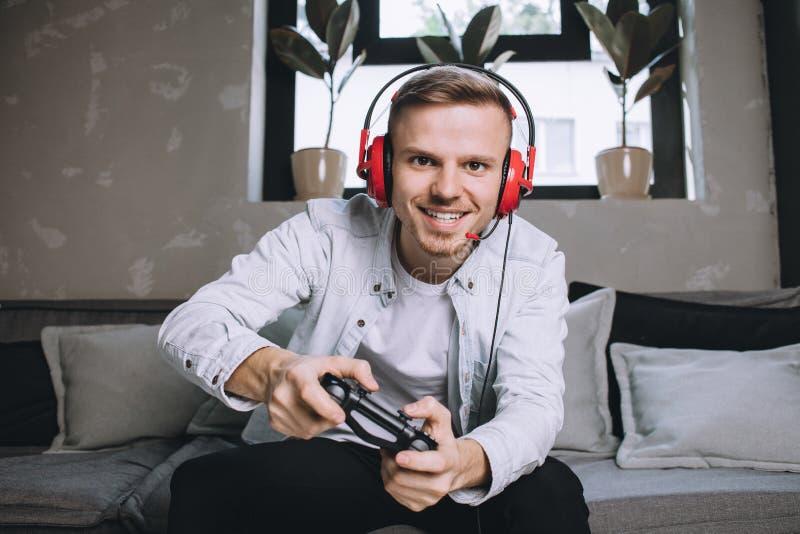 Gamers som spelar partiet royaltyfri foto