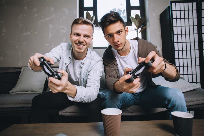 Gamers som spelar partiet arkivfoto