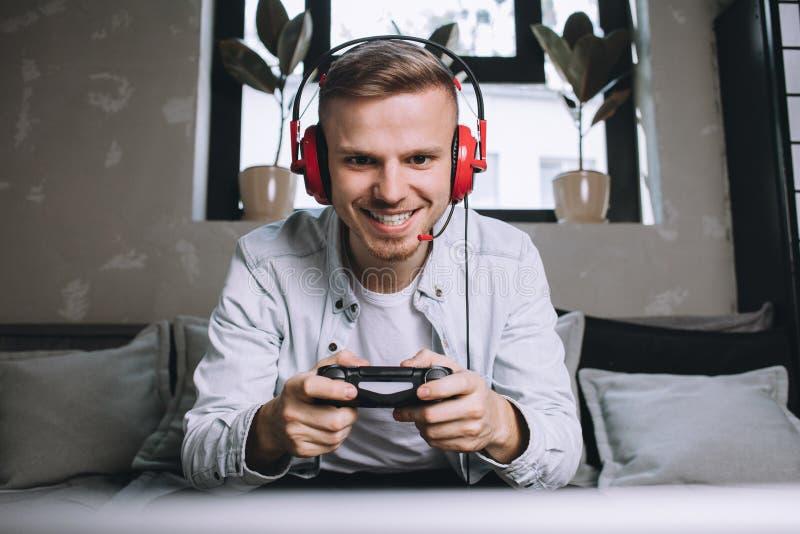 Gamers som spelar partiet royaltyfria foton