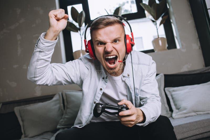 Gamers som spelar partiet royaltyfri fotografi