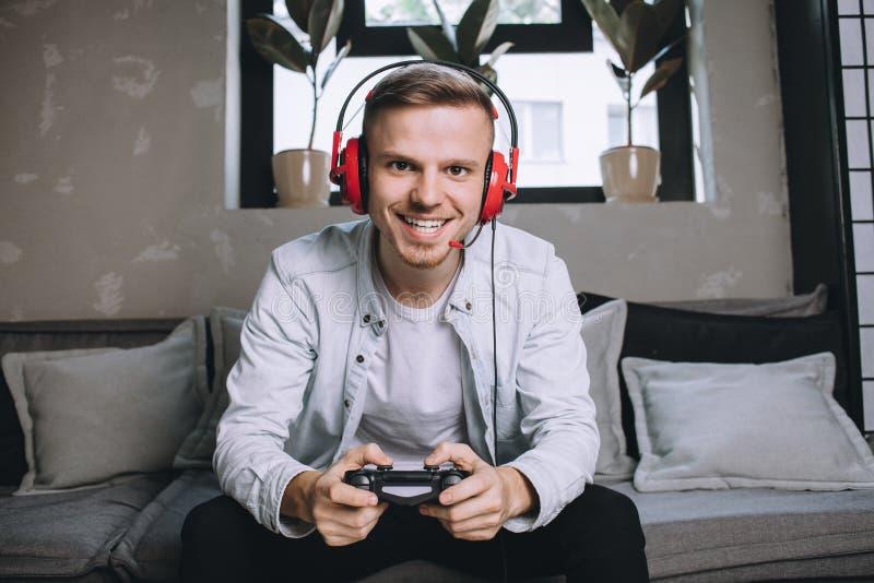 Gamers som spelar partiet arkivbild